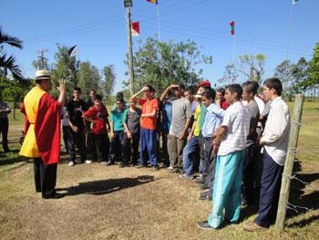 Jovens na caça ao tesouro, atividade promovida no acampamento
