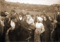 Jacinta é carregada depois de uma das aparições, para ser protegida da multidão