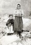 Jacinta (sentada) e Lucia