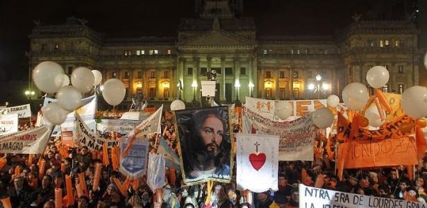 """Manifestantes se opoem ao """"casamento"""" homossexual na Argentina. Acenda uma vela contra a aprovação desta lei clicando na imagem"""