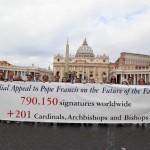 Foto na Praça de São Pedro após a entrega das assinaturas na Gendarmerie do Secretariado do Vaticano.