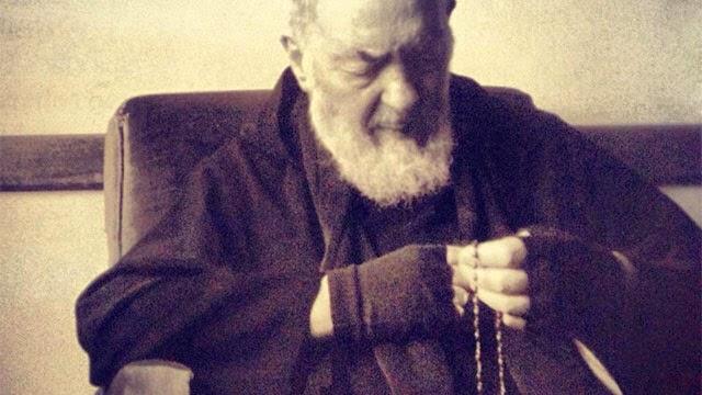 Santo Padre Pio rezando o Rosário