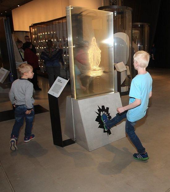 """""""Obra de Arte"""" com imagem de Nossa Senhora, é exibida para que justamente os visitantes a chutem. Uma verdadeira blasfêmia contra Nossa Senhora."""