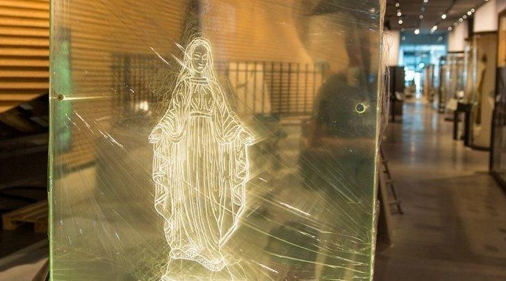 Ecrã (vidro) onde está a imagem de Nossa Senhora, que se despedaça.