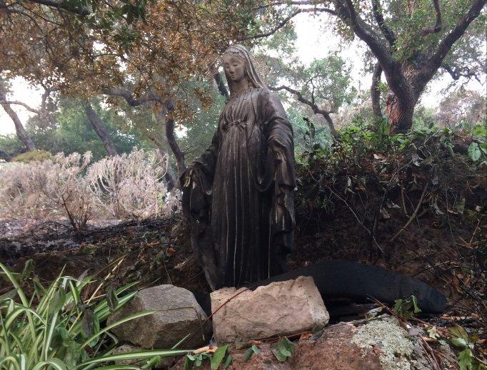 Imagem de Nossa Senhora intacta no jardim da família Omlin.
