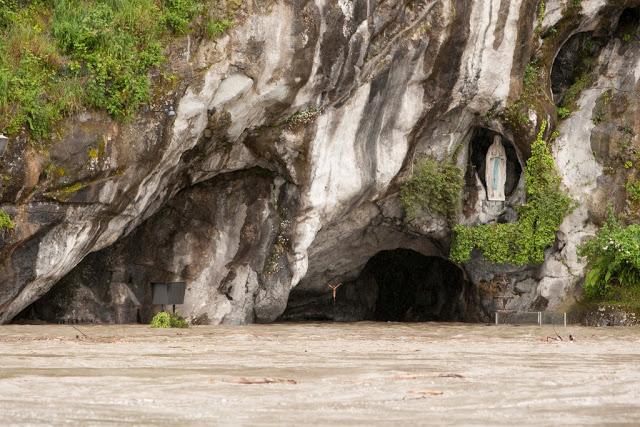 Nível de água impediu o acesso de fiéis à Gruta