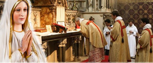 Imagem da Virgem Maria e do altar da Igreja com os sacerdotes