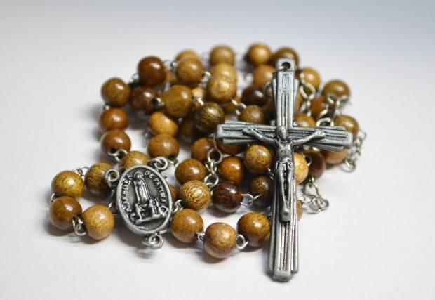 Imagem de um Terço de Nossa Senhora de Fátima no texto sobre o Santo Rosário