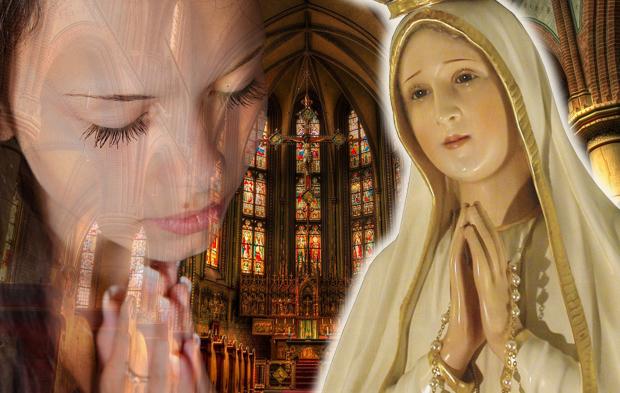 Mulher rezando para Nossa Senhora no texto De mãos dadas com a Virgem Maria